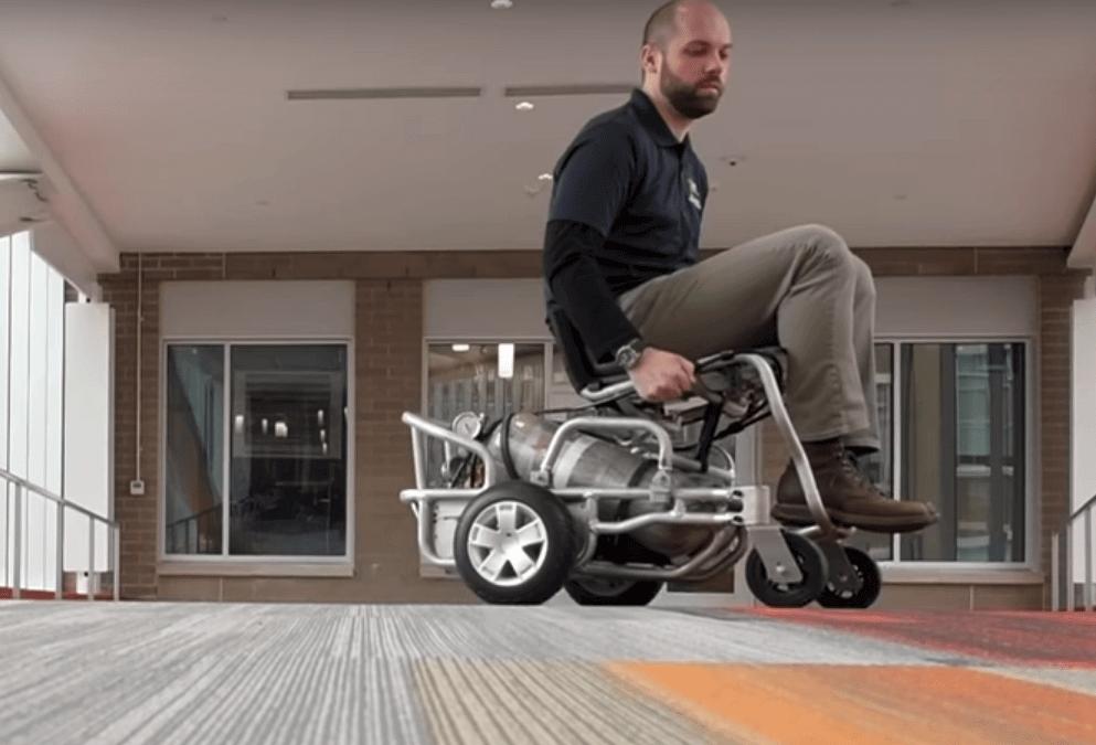 Druckluftmotor treibt Rollstuhl an