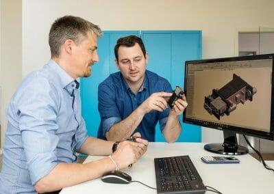 Facharbeiter, Techniker und Ingenieure arbeiten bei uns eng zusammen.