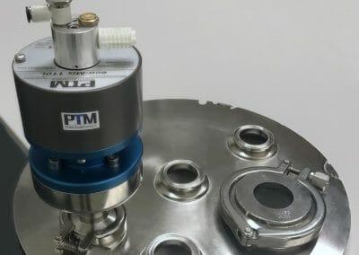 kundenspezifischer Edelstahldeckel mit TriClamp Anschlüssen und Rührwerk mit Edelstahl-TriClamp Anschluss II bearbeitet klein Zuschnitt
